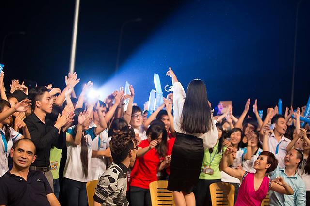 Nữ ca sĩ Đoan Trang giao lưu với các sinh viên. Cô khiến cho bầu không khí trở nên cuồng nhiệt hơn.