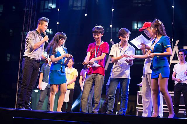 MC Anh Tuấn trong một tiết mục với các bạn sinh viên.