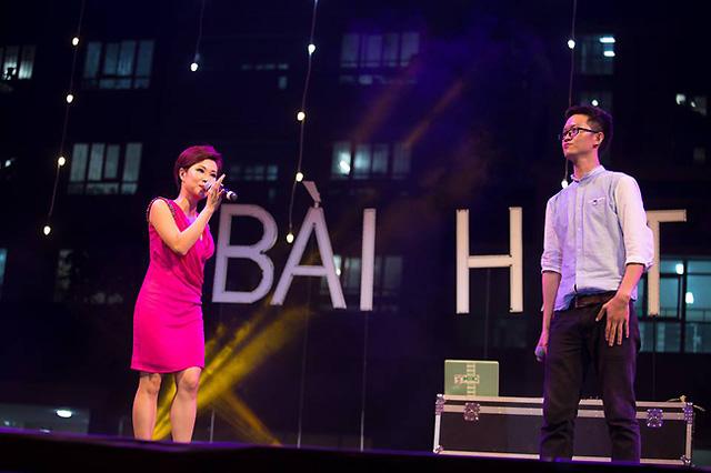 Uyên Linh song ca với một bạn sinh viên của ĐH Quốc gia.