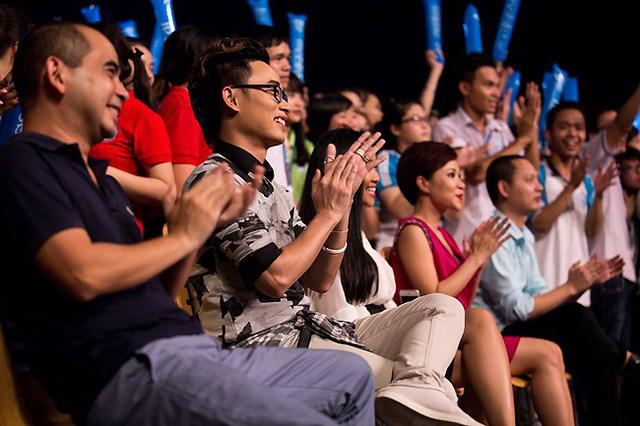 5 khách mời say sưa trong những phần trình diễn của các bạn sinh viên.