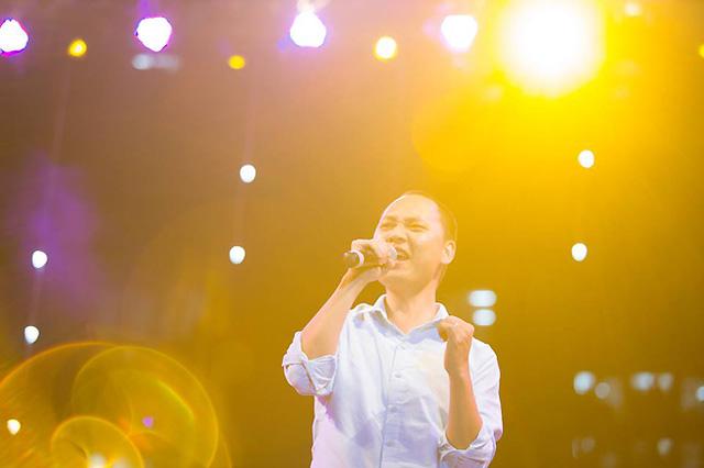 Nhạc sĩ Nguyễn Hải Phong thể hiện giọng ca của anh trong đêm gala.