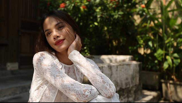 Người mẫu Trần Hiền trong một cảnh quay của phim Giấc mơ phố
