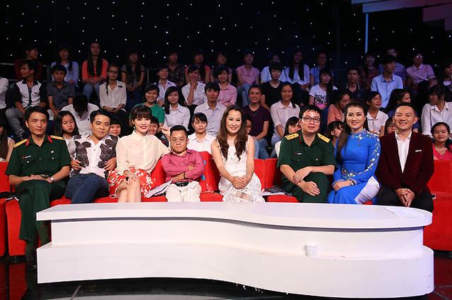 Hoa hậu Bùi Thu Thủy, nhạc sĩ Giáng Son, nhà báo Chu Minh Vũ, nhà văn Nguyễn Đình Tú, diễn giả Sơn Lâm - Hội đồng bình luận trẻ của chương trình tháng này.
