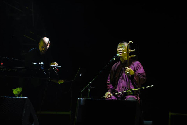 Nghệ sĩ Xuân Diệu thể hiện ca khúc Lưu lạc trong dự án Nguồn cội của nhạc sĩ Quốc Trung. Ca khúc này đã từng được nằm trong album được đánh giá cao trước đó của Quốc Trung - Đường xa vạn dặm.