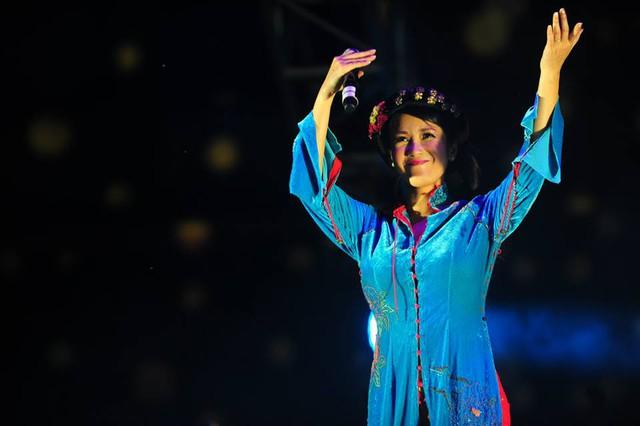 Nữ ca sĩ Hồng Nhung đã thể hiện ca khúc Con chim sâu trong đêm 2/10.