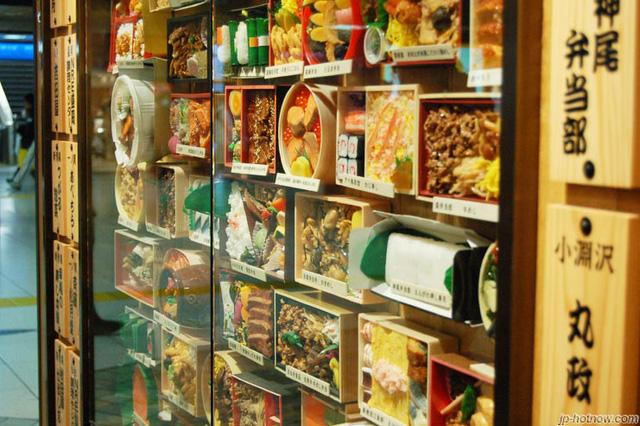 Bạn có thể mua một bữa ăn truyền thống của Nhật tại các cửa hàng Ekiben như thế này.