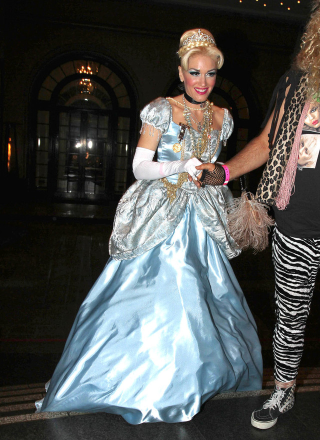 Gwen Stefani dịu dàng và đằm thắm trong trang phục Cô bé lọ lem