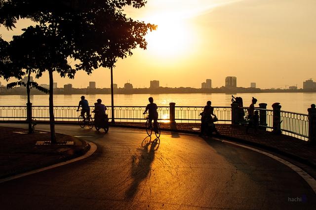 Những khúc quanh mà ở đó nắng dát vàng mặt đường cùng những bánh xe lăn đều và gió thanh mát.