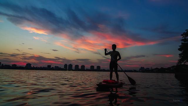 Chiều đến, cái gay gắt đã nhường chỗ cho những tia nắng muộn dịu ngọt và thanh mát thu hút rất nhiều người đến hồ Tây để chèo thuyền kayak.