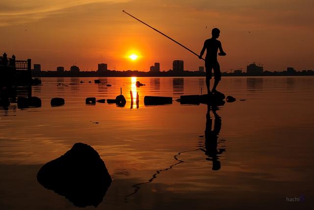 Ngoài hoạt động đi bộ thể dục quanh hồ hay chèo thuyền kayak thì câu cá cũng là một thú vui hấp dẫn mọi người.