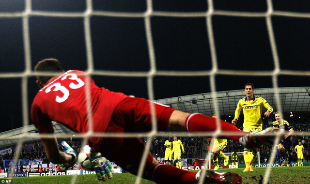 Handanovic xuất sắc cản phá quả penalty của Hazard.