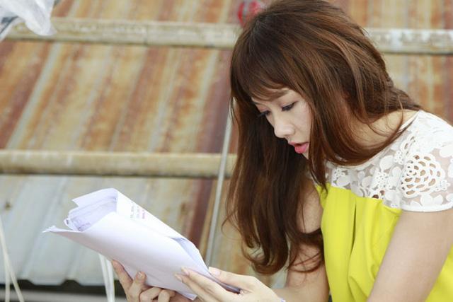 Không chỉ hóa thân ăn khớp với nhân vật, Hari Won còn được đồng nghiệp trong đoàn đánh giá là một cô gái nghiêm túc và chuyên nghiệp trong cách làm việc. Luôn xuất hiện tại trường quay thật sớm, ôn thoại thật kỹ và luôn lạc quan, khiến cho cả đạo diễn lẫn cả ekip đôi khi không thể phân biệt đâu là Sky và đâu là Hari Won.