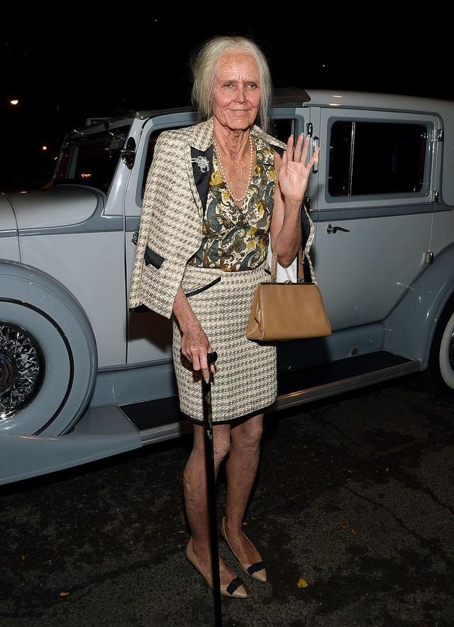 Siêu mẫu Heidi Klum vô cùng sáng tạo khi hóa trang thành một bà lão lọm khọm