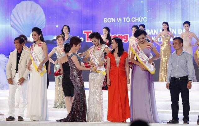 BTC trao giải thưởng phụ cho các thí sinh dự thi Hoa hậu Việt Nam 2014