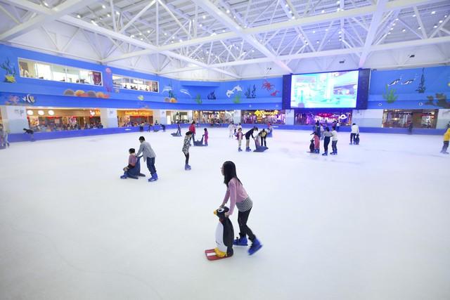 Sân trượt băng Vinpearlland Ice Rink với quy mô 1.086m2