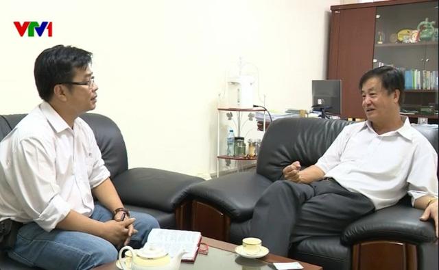 Ông Hồ Nghĩa Dũng, Nguyên Bộ trưởng Bộ GTVT (phải) trao đổi với phóng viên VTV.