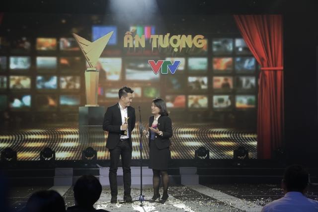 Ca sỹ Hồ Trung Dũng và nhà báo Tạ Bích Loan công bố giải thưởng Chương trình văn hóa - xã hội - khoa học - giáo dục ấn tượng.