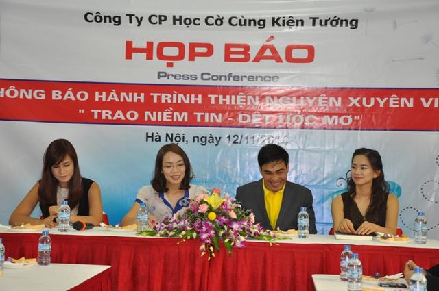 Bà Đặng Thị Tuyến (thứ hai từ trái sang) trong buổi họp báo giới thiệu chương trình.