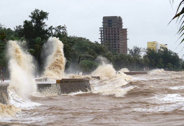 Sáng 17/8, gió mạnh, sóng đánh dữ dội tại khu du lịch Đồ Sơn, TP Hải Phòng. (Ảnh: VnExpress)