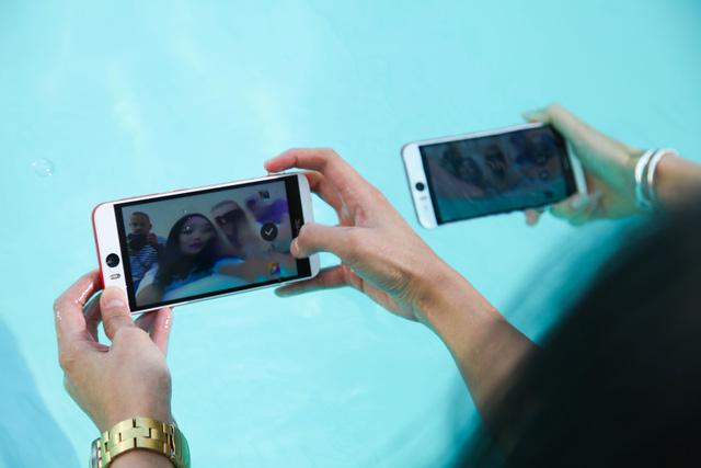 Với khả năng chống nước và bụi bẩn, người dùng có thể thoải mái chụp ảnh ngay cả khi đi bơi