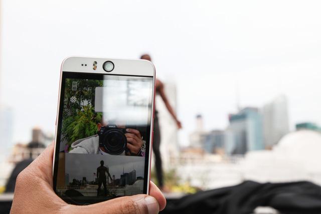 Tính năng Split Capture cho phép quay và chụp đồng thời bằng cả camera trước và sau với màn hình hiển thị được chia đôi