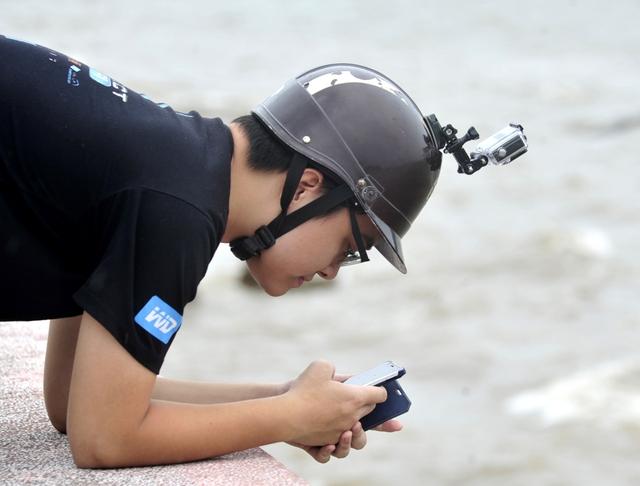 Một phóng viên của Trung tâm Truyền hình Thời tiết và Cảnh báo thiên tai đang khảo sát khuôn hình để chuẩn bị tác nghiệp. (Ảnh nhân vật cung cấp)