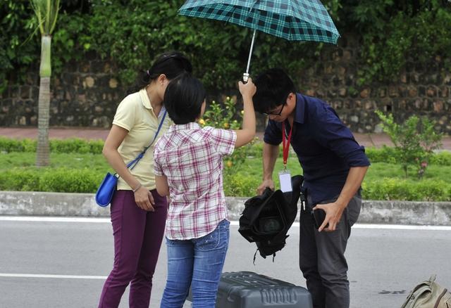 Một ê-kíp đang diễn tập một tình huống tác nghiệp trong cơn mưa lớn. (Ảnh: Trung tâm Truyền hình thời tiết)
