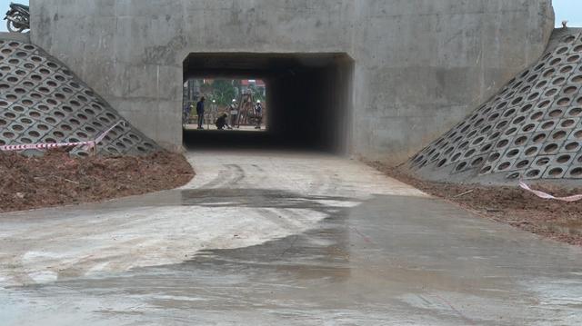 Hầm chui dân sinh Khê Nữ hoàn thành đúng ngày 12/11 trong niềm vui của người dân địa phương. (Ảnh: GTVT)