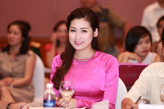 Buổi họp báo cuộc thi Hoa hậu 2014 diễn ra hôm qua có sự góp mặt của một rừng người đẹp, điển hình là Á hậu 1 Hoa hậu Việt Nam 2013 - Dương Tú Anh