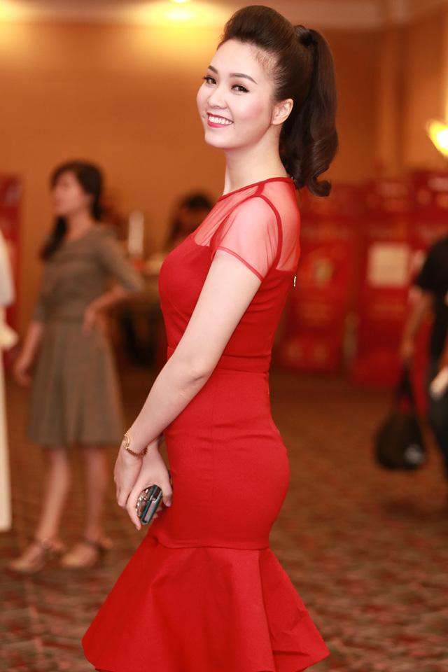 Bộ đầm đỏ tinh tế đã giúp cô khoe được những đường cong cơ thể