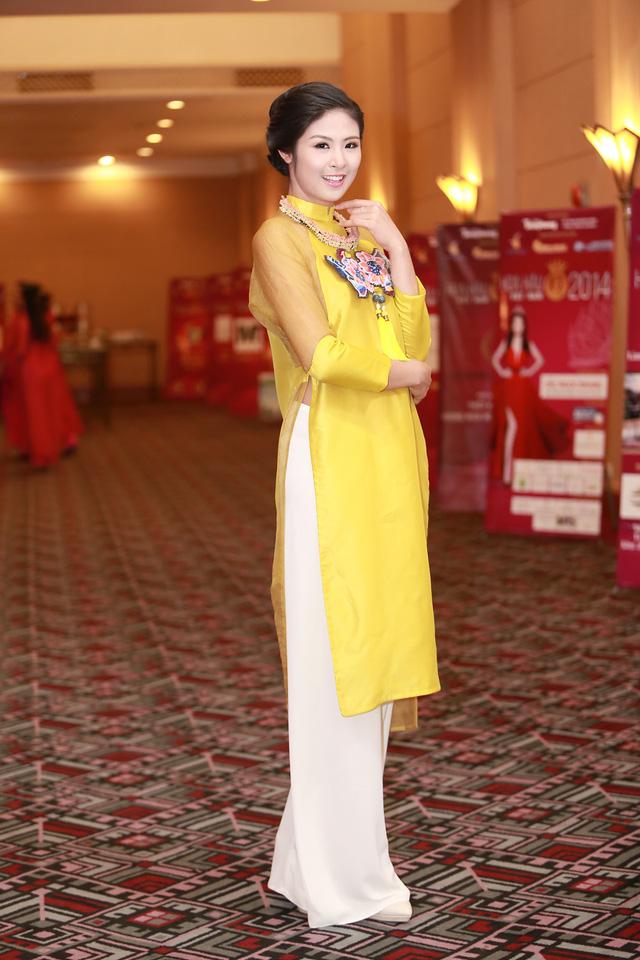 Xuất hiện trong buổi họp báo, hoa hậu Ngọc Hân lựa chọn sắc vàng nội bật cho bộ áo dài của mình
