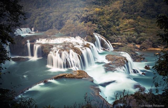 Nói đến những thác nước đẹp của Việt Nam không thể bỏ qua cái tên Bản Giốc, Cao Bằng. Tới đây du khách sẽ được thỏa thích ngắm nhìn cảnh sắc hùng vỹ và thơ mộng của từng dòng thác từ trên cao đổ xuống sông Quây Sơn trong xanh, êm đềm dưới chân thác đẹp như một bức tranh thủy mặc. (Tác giả: Bùi Tuấn Hùng)