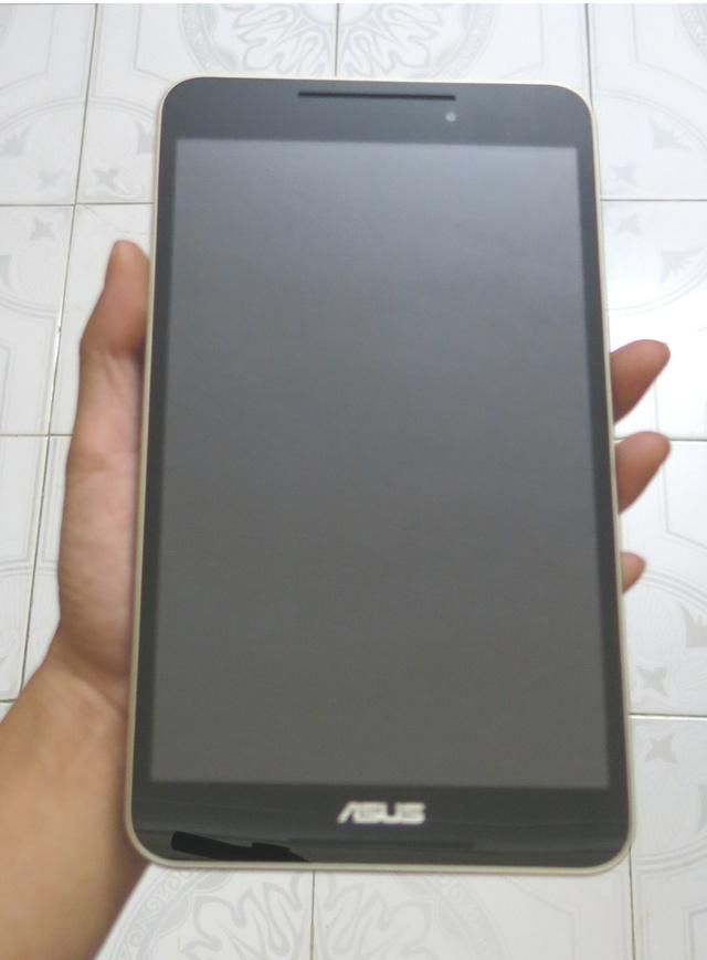 Fonepad 8 có kiểu dáng thon gọn, khiến người dùng có thể sử dụng chỉ với một tay