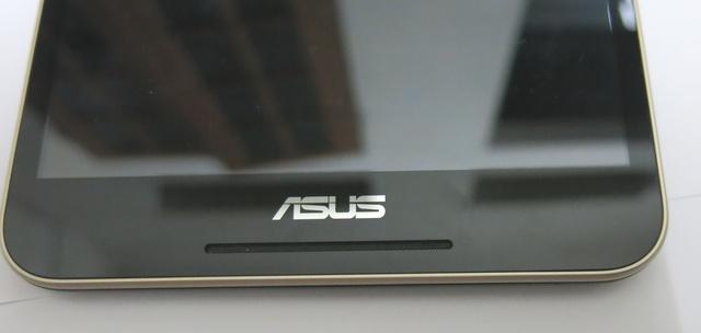 So với Fonepad 7, thế hệ mới được trang bị dải loa bên dưới logo Asus, tạo thành hệ thống loa kép