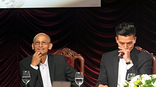 Nhà văn Nguyễn Văn Thọ (bên trái) hài lòng với sự nhiệt huyết của các diễn viên và đội ngũ làm phim