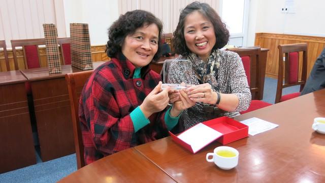Bà Oanh và bà Ngân - đại diện Hội Phật tử Việt - Đức thành phố Nuernberg CHLB Đức - với kỷ niệm chương của Trái tim cho em