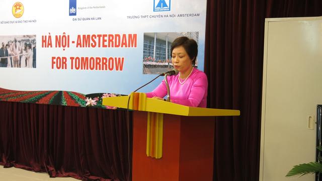 Hiệu trưởng trường THPT chuyên Hà Nội - Amsterdam tuyên bố lí do và giới thiệu đại biểu của chương trình.
