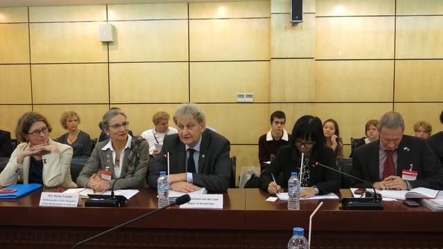 Thị trưởng Amsterdam Eberhard van der Laan phát biểu trong cuộc trao đổi, thảo luận, đề xuất hợp tác Giáo dục và Văn hóa.