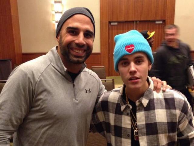 Một thành viên của Pittsburgh Steelers hí hửng khi được gặp Justin Bieber trước trận đấu