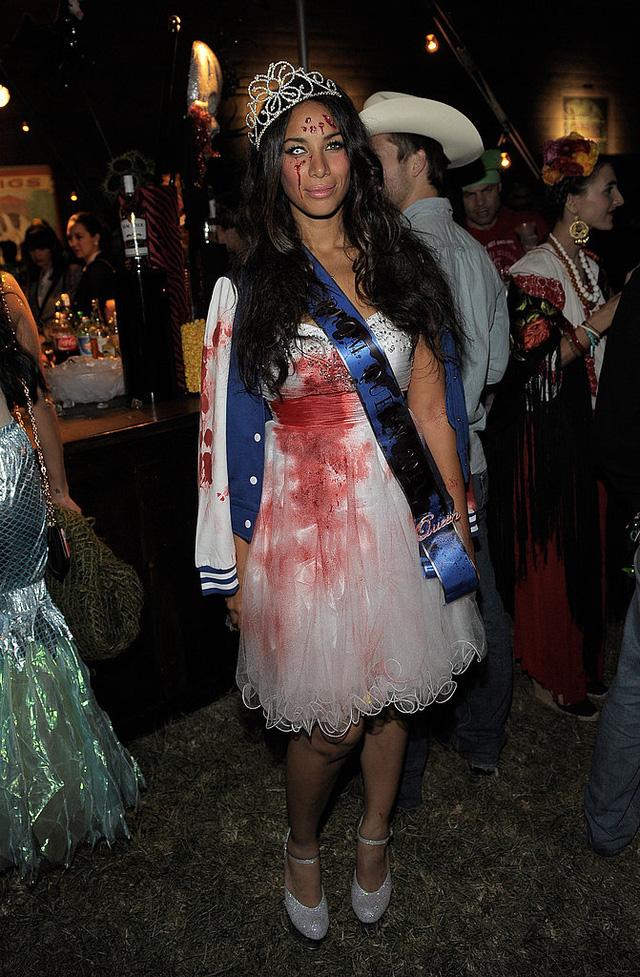 Nữ ca sĩ người Anh Leona Lewis trong trang phục hoa hậu thây ma