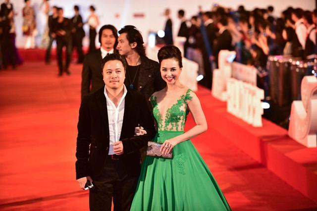Đạo diễn Victor Vũ sánh bước bên cạnh nữ diễn viên xinh đẹp Đinh Ngọc Diệp.