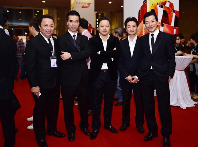 Đạo diễn Victor Vũ (giữa) và nam diễn viên Trần Bảo Sơn (ngoài cùng bên phải) chụp ảnh chung cùng các đại biểu tham gia LHP.