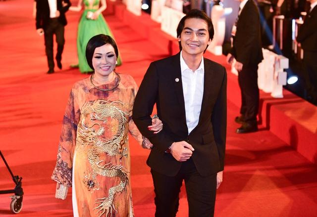 Ca sĩ Phương Thanh gây ấn tượng với chiếc áo dài truyền thống cầu kỳ. Cô khoác tay nam diễn viên Khương Ngọc trên thảm đỏ.