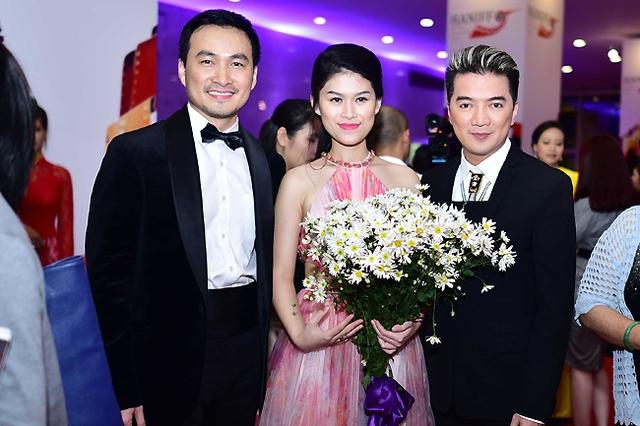 Diễn viên Chi Bảo chụp ảnh chung với Ngọc Anh Tâm và Đàm Vĩnh Hưng - hai ngôi sao của phim Hiệp sĩ mù.