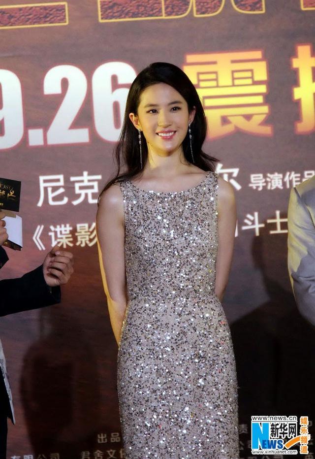 Nàng Tiểu long nữ diện chiếc váy dạ hội có thiết kế đơn giản nhưng sang trọng. Cô nổi bật với vẻ trẻ trung, rạng rỡ