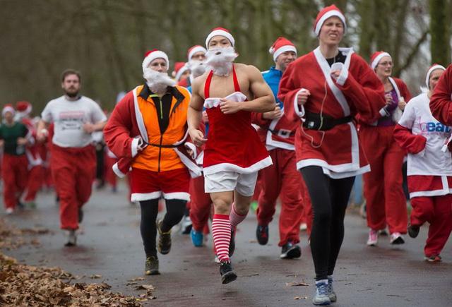 Những thí sinh tham cuộc thi chạy Santa Run hàng năm ở công viên Victoria, phía đông London, Anh. (Nguồn: Reuters)