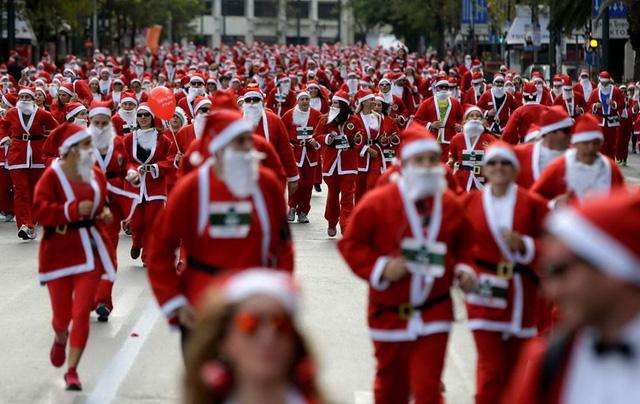 Hàng ngàn người trong cuộc thi chạy Santa Run ở Athens. (Nguồn: AP)