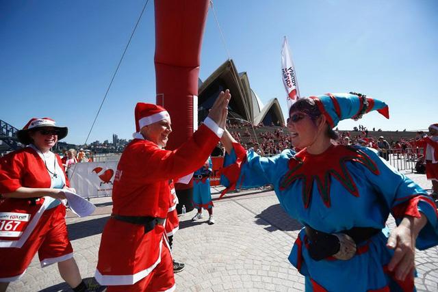 Ăn mừng sau khi hoàn thành đường chạy từ Darling Harbour tới Nhà hát Opera Sydney ở Australia. (Nguồn: Reuters)