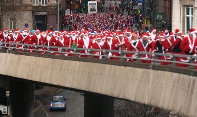 Hàng ngàn người tham gia sự kiện Santa Dash ở Liverpool, Anh. (Nguồn: Reuters)