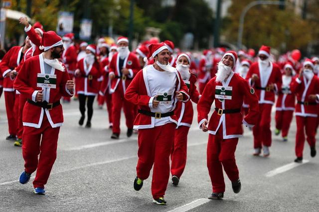Những thí sinh cười hớn hở khi tham gia cuộc đua ở Athens. (Nguồn: Reuters)